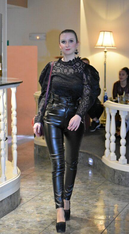 pantalon-mujer-efecto-piel-cuero-low-cost-negro-cintura-muy-alta-pilm