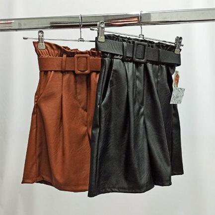 bermuda negra efecto piel con cintura alta fruncida y cinturon regulable