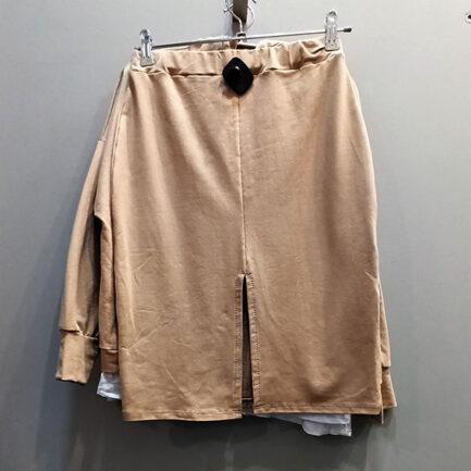 conjunto sport falda y sudadera camel con capucha y abertura trasera en la falda
