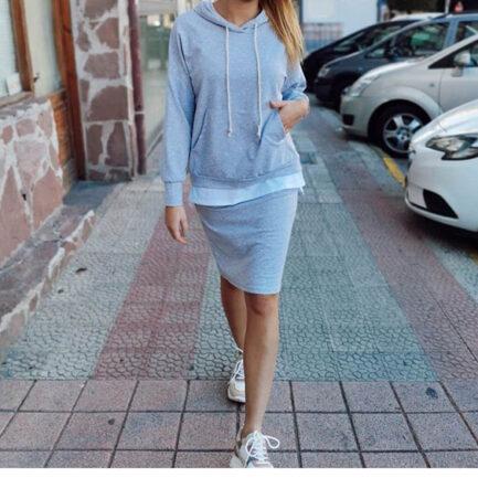 conjunto sport falda y sudadera gris con capucha y abertura trasera en la falda