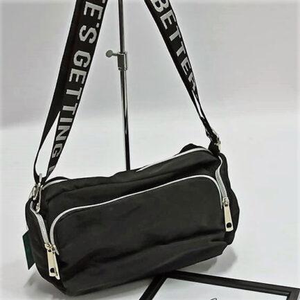 bolso bandolera sport negra con cremalleras varios departamentos y asa ancha regulable con letras