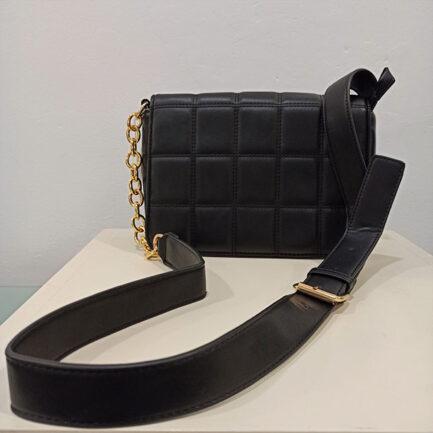bolso bandolera negro acolchado con tira ancha regulable efecto piel combinada con cadena y hebilla dorada cierre click y cremallera