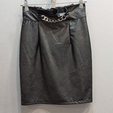 falda negra efecto piel tubo con cadena en la cintura dorada y pliegues