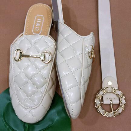 zapato plano mocasin estilo mule beige detalle hebilla dorada destalonado