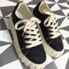 sneaker negra de serraje con plataforma beige y cordones beige