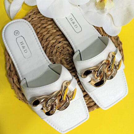 sandalia plana blanca con detalle maxi cadena dorada suela con relieve low cost