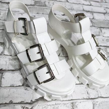 sandalia blanca plana plataforma con suela track y hebillas chunky flip flops