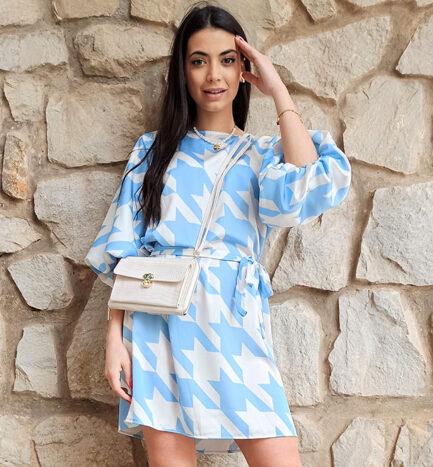 vestido corto estampado celeste mangas abullonadas cuello caja corte recto que se entalla con cinturón del mismo tejido y tono