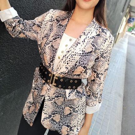 blazer mujer estampado animal print pitón abierta con cuello solapa y bolsillos falsos no lleva forro