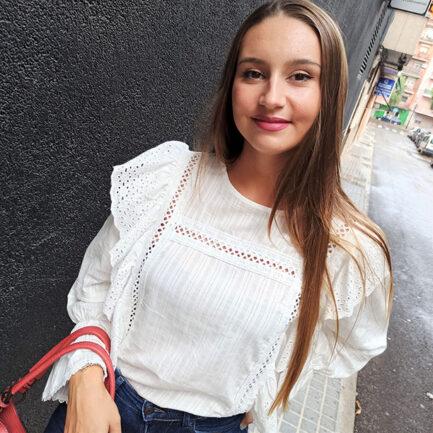 blusa blanca cuello caja manga larga con bordados perforado volantes en sisa y puño