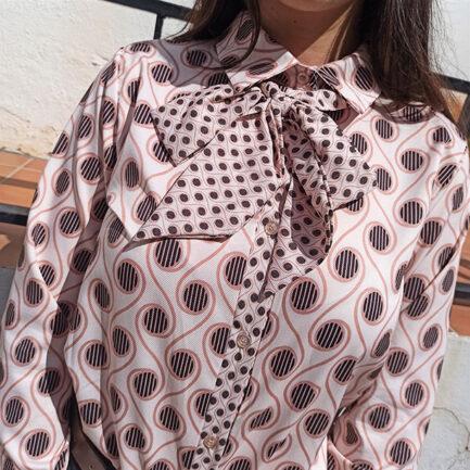 blusa con lazada al cuello desmontable con el fondo en beige y un estampado geométrico muy sesentero