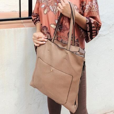 bolso grande rectangular de mujer en color taupe y con bolsillo exterior grande asa corta y larga con neceser interior