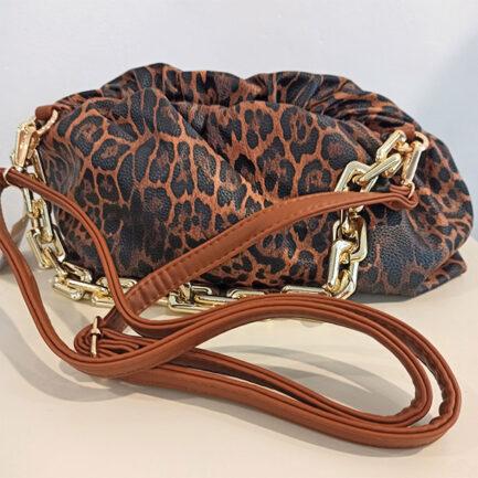bolso pouch estampado felino clon low cost del de Bottega Venetta lleva asa dorada de eslabones y larga en camel polipiel