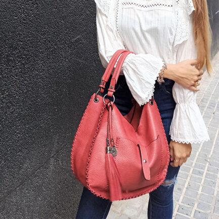 bolso formato shopper rojo doble asa hombro y asa larga incluida con bolsillo exterior y cierre con cremallera y bolsillo interior