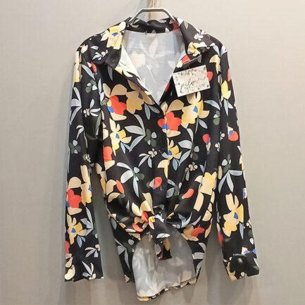 camisa floral fondo negro y las flores con mucho colorido manga larga y entallada