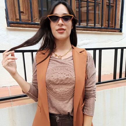 camiseta mujer manga larga vintage en color marrón cuello pico y corte regular