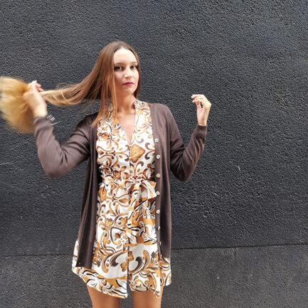 cárdigan largo en punto de color marrón con cierre abotonado