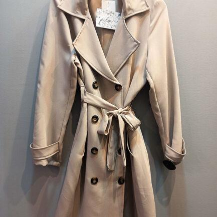 gabardina clásica mujer color beige diseño recto y cruzado con cuello solapa bolsillos y botones delanteros cinturón desmontable y manga larga con puños abotonados