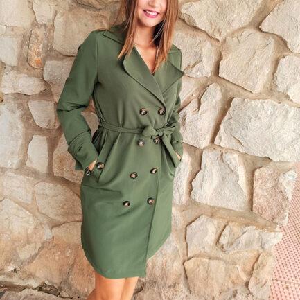 gabardina clásica mujer color kaki diseño recto y cruzado con cuello solapa bolsillos y botones delanteros cinturón desmontable y manga larga con puños abotonados