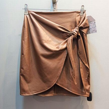 falda corta efecto piel corte pareo