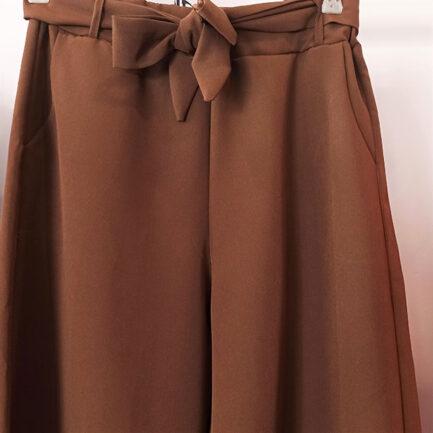 pantalón culotte vestir marrón fluido con goma en la cintura y cinturón al tono