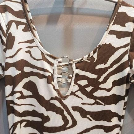 vestido corto estampado cebra manga corta escotado ajustado tejido canalé