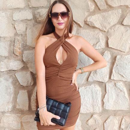 vestido corto marrón sin mangas escote halter cruzado de tejido de canalé ajustado y fruncido por los laterales