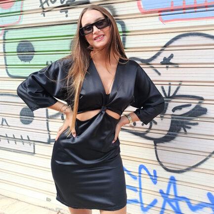 vestido corto negro satinado manga francesa escotado y con aberturas bajo el pecho