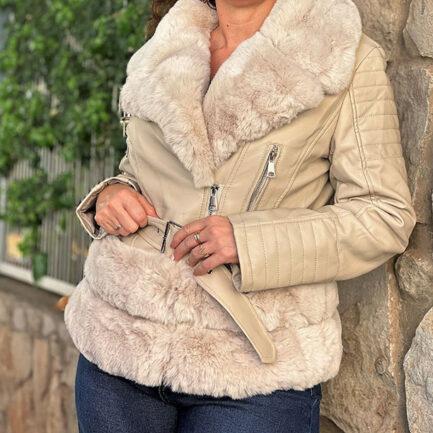 cazadora polipiel beige forrada con pelo en su interior y en cuello solapa y bajo