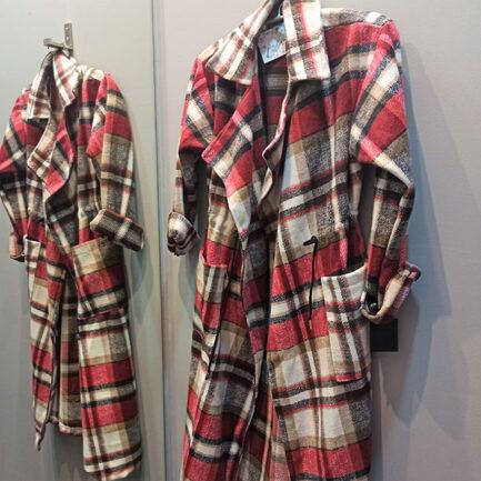 chaqueta larga pañete a cuadros rojos abierta con cuello solapa grande y bolsillos delanteros