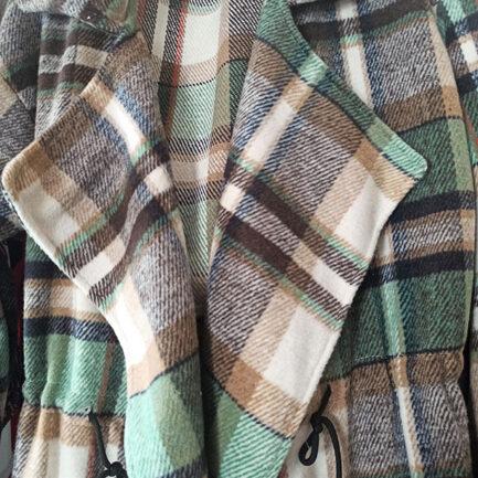 chaqueta larga pañete a cuadros verdes abierta con cuello solapa grande y bolsillos delanteros