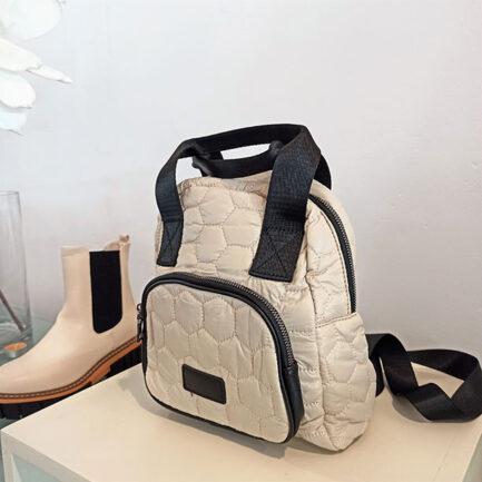mochila acolchada beige tamaño pequeño con cierre cremallera y bolsillo delantero