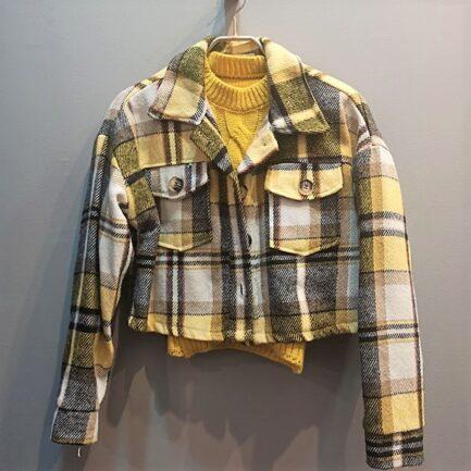 sobrecamisa cropped cuadros amarillos de pañete calentita manga larga cuello solapa y bolsillos delanteros plastron con solapa y cierre delantero con botones